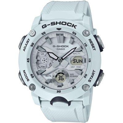 Casio G-Shock Ručni sat GA-2000S-7AER  Nova carbon core guard struktura ovog modela G-Shocka integrira kućište tako da vanjska struktura dobija na izdržljivosti ali i na lakoći. Novo kućište od karbonskih vlakana omogućava da se razvija nova struktura sata. Ovaj model sata karakterizira poklopac kućišta od nerđajućeg čelika koji sat održava nepropusnim za zrak (hermetički zatvoren), kao i poklopac od najfinije smole koji ga dodatno štiti od udarca. Super osvjetljenjem osvjetljava se brojčanik i LCD ekran sata sa jakim intezitetom svjetla što omogućava lako očitavanje i u tamnim uslovima. Moderan  model iz ove kolekcije, upotpunjen inovacijama, nikog neće ostaviti ravnodušnim!