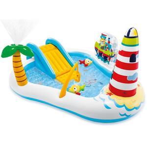 Play centar u veselom šarenom dizajnu.  Integrirane igre (tobogan, prskalice i zid sa lopticama, štap za napuhavanje i dvije male ribe)  Dob: 3 god+