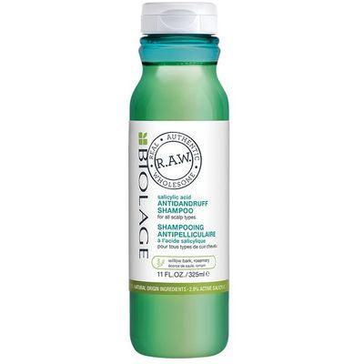 Biolage R.A.W. Rebalance šampon za suhu ili masnu kosu. Šampon, sa svojstvom pilinga, koristi jedinstvenu kombinaciju aktivne salicilne kiseline i ekstrakta vrbine kore i ruzmarina, dok prirodni glicerin pomaže u hidrataciji skalpa. Ovo je naš prvi šampon sa sastojcima prirodnog porijekla koji čisti vlasište i uklanja slojeve mrtve kože sa njega.