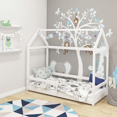 Drveni dječji krevetić HOUSE, izvrstankrevetić zanimljiva oblika izrađen od prirodnog punog drva. Krevetić je elegantne bijele boje. Dostupan je u dimenziji 160x80 cm. Vi odlučite o položaju ogradice tijekom montaže. Može biti slijeva ili desna.