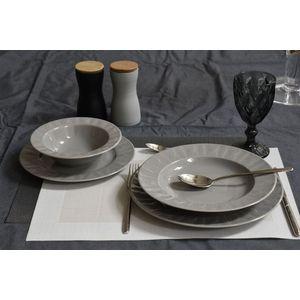 KUTAHYA SELANIK serija kvalitetnih keramičkih tanjura ističe se osebujnim dizajnom, visokim sjajem i blagim teksturama koje pobuđuju užitak. Servis za jelo koji zbog promjera suđa nudi nešto drugačije vašem stolu, kao da ste u nekom finom restoranu.  S...