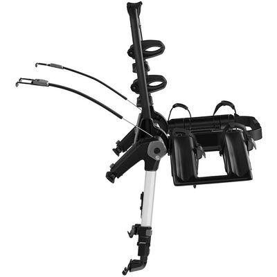 Nosač bicikla za prtljažnik s povišenom platformom omogućuje vidljivost stražnjih svjetala i registracijske pločice Maksimalna sigurnost pričvršćivanja na vozilo s čeličnim sajlama Brza i jednostavna montaža na automobil zahvaljujući jednostavnom i intuitivnom sustavu zatezanja koji ograničava okretni moment Čvrst prihvat i zaštita vozila s dvije kuke za pričvršćivanje i gumenim zaštitama Poboljšana vidljivost stražnjih svjetala i registarske pločice zbog podignutog oblika platforme Molimo da kompatibilnost navedenog nosača bicikla s Vašim vozilom provjerite prije dodavanju u košaricu   u Thule vodiču