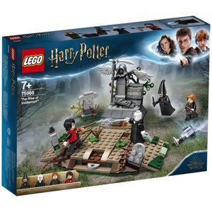 Krenite u magičnu avanturu i akciju s LEGO® Harry Potter ™ 75965 Povratak Voldemorta ™ setom. U ovom prizoru iz Harryja Pottera i Vatrene čaše ™, Harry je zarobljen na nadgrobnom spomeniku Toma Riddlea na sablasnom groblju.