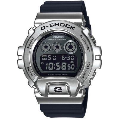 CASIO G-Shock muški sat GM-6900-1ER je s razlogom jedan od najpopularnijih proizvoda iz CASIO kolekcije. Predivan muški sat na kojem dominira srebrna boja kućišta te crna boja brojčanika. Silikon i crna boja remena doista su odlična kombinacija. Ovaj prekrasan CASIO muški sat pokreće quartz mehanizam.
