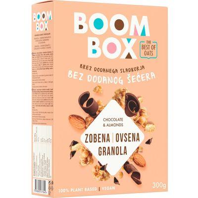 Boom Box Granola-zobene pahuljice s čokoladom i bademima. Sa sladilima. Bez dodanog šećera. Sadrži prirodno prisutne šećere.