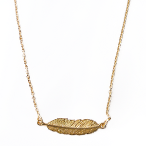 Kolekcija: FEATHER & WINGS COLLECTION Vrsta proizvoda: ogrlica Privjesak: 925 srebro s premazom od 24 karatnog zlata Simbol: pero Boja ogrlice: - Veličina: 40-42 cm, dvije kopče za podešavanje dužine