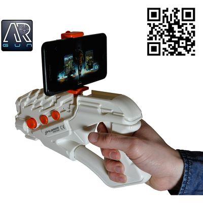 <p>AR konzola (Augmented Reality) je zabavan gadget koji radi sa vašim pametnim telefonom i služi za igranje mobilnih igara. Preuzmite AR GUN aplikaciju (app store, google play) , spojite AR konzolu putem Bluetootha s pametnim telefonom i akcija može p...