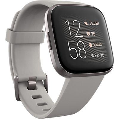 Versa 2 Gray - pametni sat za praćenje cjelodnevnih aktivnosti.  Glasovno odgovaranje na poruke (samo za Android)  Rezultati sna  24/7 praćenje otkucaja srca  Aplikacije i obavijesti1  Glazba2  Uvijek uključen zaslon - način rada3  5+ dana trajanje baterije4  Fitbit Pay5