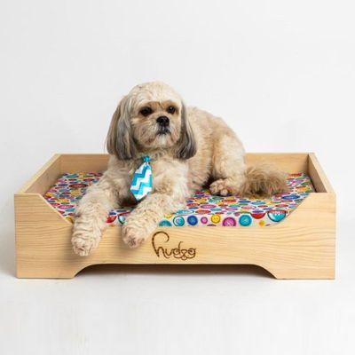 Hudog drveni krevet s jastukom za pse prirodan je i moderan komad namještaja, dizajniran da bude udoban i sretan kutak za vašeg ljubimca. Karakteriziraju ga čiste linije i jednostavan, ali moderan dizajn.