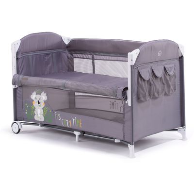 Chipolino Merida je originalni krevetić za bočno spavanje, stvoren i dizajniran da vam omogući spavanje pored vaše bebe bez zajedničkog kreveta, kako preporučuju stručnjaci. Može putovati s vama svugdje zahvaljujući praktičnom preklopnom načinu i torbi za nošenje.    Ovaj krevetić pogodan je za novorođenčad i djecu težine do 15 kg.