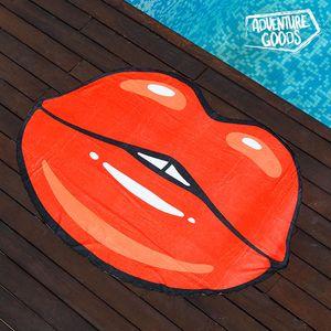 <p>Uživajte ovoga ljeta na plaži i bazenu uz originalni<strong>Ručnik za Plažu Poljubac Adventure Goods</strong>!</p>Izrađen od poliestera (100 %)Ručnik u obliku usanaPrikladan za pranje u perilici u hladnoj vodiDimenzije cca: 120 x 170 cm