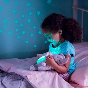 Stvorite mirno okruženje za vaše dijete prije spavanja sa Slumber Buddies® slonićem, koji sadrži više boja, čarobni svjetlosni zaslon sa zvjezdanim nebom i umirujuće zvukove koji će vam pomoći da se beba umiri i opusti te pripremi za san...